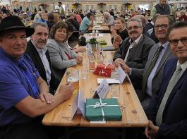 Tag der Landwirtschaft auf der Südwest Messe mit dem Kreisvorsitzenden im Bauernverband Rottweil, Manfred Haas (links), und Landwirtschaftsminister Peter Hauk (rechts). Ebenfalls dabei (von links) Bernhard Bolkart, Vizepräsident des BLHV, Martina Braun, Landtagsabgeordnete (Grüne), sowie Agrarbloggerin Annika Ahlers, Karl Rombach, Landtagsabgeordneter (CDU), und Oberbürgermeister Jürgen Roth.