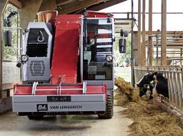Der bessere Arbeitskomfort bei der Futterentnahme und -vorlage ist ein Vorteil des selbstfahrenden Futtermischwagens.