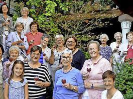Prosit: Ehemalige Präsidentinnen der Landfrauenverbände aus ganz Deutschland trafen sich  im Garten von Gerdi und Helmut Staiblin.