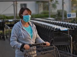 Beim Einkaufen muss künftig eine Art von Mund-Nasen-Bedeckung getragen werden.