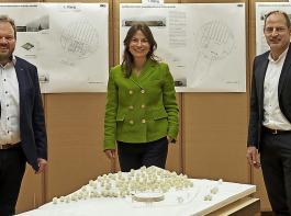 Aufsichtsratsvorsitzender Markus Kaiser, Bürgermeisterin Meike Folkerts und Geschäftsführer Andreas Schneider (von links) mit einem Geländemodell. Das Gebäude soll  relativ dicht am Waldrand stehen, der geplante Abstand zur Bundesstraße 31 beträgt rund 65 Meter.