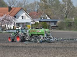 Die Ankündigung der Bundesregierung, die Düngeverordnung erneut zu verschärfen, hat bei Bauern großen Unmut hervorgerufen. Die Bundesregierung wiederum sieht sich von Brüssel gezwungen.