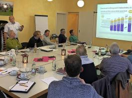 Martin Ries (stehend) vom Stuttgarter Landwirtschaftsministerium  zeigt, wie sich die Bio-Branche im Land und in Deutschland entwickelt.