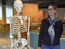 Die Anthropologin Sabine Landis kann mit  ihren geschulten Augen den Skeletten dank der Spuren, die das Leben hinterlassen hat, allerlei Informationen entlocken.