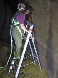 Hier wird die Dichtigkeit eines Güllebehälters von innen kontrolliert. Alternativ kann das mittels einer Pegelmessung erfolgen.