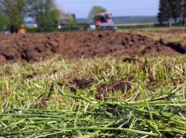 Innerhalb der vergangenen zehn Jahre  hat sich landwirt- schaftlicher Boden in Deutschland um  125 % verteuert.