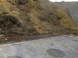 Lager für Festmist müssen so eingefasst werden, dass Niederschlagswasser nicht von außen hineinfließen kann (Aufkantung, Wände), und verunreinigtes Niederschlagswasser bzw. Jauche müssen aufgefangen werden.