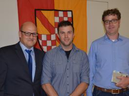 Martin Ries (links) gratulierte den Absolventen mit dem besten Notendurchschnitt: Mathias Friedrich (Mitte) und Carsten Göz.