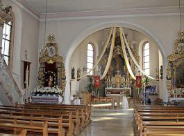 Die Wallfahrtskirche St. Mansuetus (links) gibt es in Oberbiederbach seit 650 Jahren. Das 450 Jahre alte Gnadenbild Maria mit dem Jesuskind (links) hat eine bewegte, teils geheimnisvolle Geschichte und gilt heute als wundertätig.