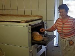 In der bisherigen Backstube geht es beengt zu, Marga Kuttruff hat aber im Neubau bald deutlich mehr Platz zur Verfügung.