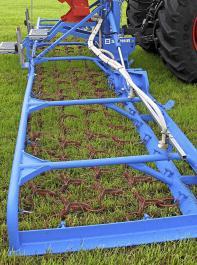 Grünlandpflegemaßnahmen im Frühjahr sind die Basis für die Erhaltung und Verbesserung einer dichten und leistungsfähigen Grasnarbe.