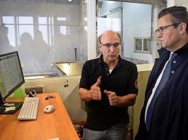 Dr. Götz Reustle (li.), Vorstandsvorsitzender der Felsengartenkellerei, erklärt Minister Peter Hauk das neue Verfahren zur Ermittlung der Traubenqualität.
