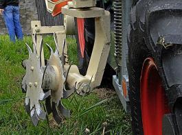Die Rollhacke arbeitet im Gegensatz zum Scheibenpflug in Zeilenrichtung.