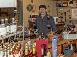 Heinrich Gretzmeier vermarktet die Speierlingprodukte  über seinen Hofladen.
