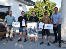 Nicolas Sommer (Amazone, links) und Dr. Martin Wesenberg (rechts) gratulierten  Michael Weinberger, Josef Betz und Jonathan Leidner.