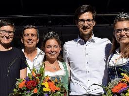 Alixe Winter (Alte Wache), Hanna Böhme (FWTM), Ernst Nickel (Badischer Weinbauverband), die Badische Weinkönigin Sina Erdrich, Freiburgs Oberbürgermeister Martin Horn, Hanna Mussler (Badische Weinprinzessin) und Martin Faber eröffneten das Weinfest (von links).