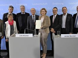 Bundeslandwirtschaftsministerin Julia Klöckner mit Mitgliedern der Borchert-Kommission (links neben ihr Jochen Borchert) bei der Präsentation des Konzepts für den Umbau der Nutztierhaltung.