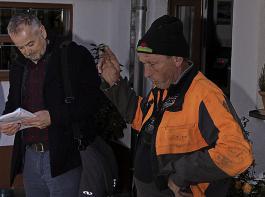 Im  Rahmen der Veranstaltung wurde auch der Betrieb von Thomas Herrmann (rechts) in St. Märgen besucht. Hier zeigte  Herbert Pohlmann  (links) vom Landwirtschaftsamt  Emmendingen eine gelungene Umbaulösung vom Anbinde- zum Laufstall.