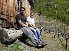 Michael Hock (links), Kellermeister der Genossenschaft St.Jodern, und Winzer Alex Berchtold blicken auf einen Weinberg, von dem gesagt wird, er sei der höchste Europas.