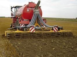 Direkteinarbeitung mittels Güllegrubber reduziert die gasförmigen Stickstoffverluste auf unbestelltem Ackerland am effektivsten.