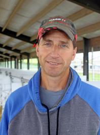 """Butch Guenther, Herdenmanager der Double S Dairy mit circa 1000 Kühen: """"Die Frischluft aus den Lüftungsschläuchen hat den Kuhkomfort in unserem Wartebereich erheblich verbessert."""""""