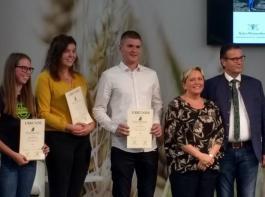 Peter Hauk und Susanne Eisenmann  (von rechts) überreichten den Siegern  die Urkunden.