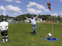 awohl! In dem Fall muss das Runde ins Runde! Beim Fußballgolf kommt es darauf an, mit möglichst wenigen Schüssen den Ball ins Ziel zu bringen.