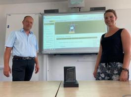 Arno Zürcher und Miriam Grub von der Fachschule in Bruchsal nahmen den eLearning-Award entgegen.