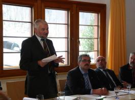 Wolfgang Reimer (links) informierte bei der  AfH-Mitgliederversammlung darüber, was sich bei den Maßnahmen in der Zweiten Säule ändert; daneben AfH-Vorsitzender Karl Rombach (Mitte) und BLHV-Präsident Werner Räpple.