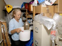 In manchem Keller oder auch auf Dachböden finden sich zahlreiche Kisten, Kästen und andere Überraschungen. Ausmisten befreit.