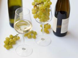 Viele Verbraucher kaufen ihren Wein über Internetportale. Für Winzer eröffnet dies die Möglichkeit, mehr Umsatz zu generieren. Dabei müssen allerdings einschlägige Gesetze beachtet werden.