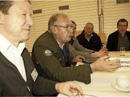 """Nicht wegducken: Die Landwirte müssen selbstbewusst und offensiv zum ordnungsgemäßen Pflanzenschutz stehen, war eines der Ergebnisse am Thementisch """"Pflanzenschutz und Düngeverordnung"""". Die Diskussionsrunde zu diesem Thema wurde moderiert  von BLHV-Vizepräsident Karl Silberer (links) und Fachreferent Hubert God."""