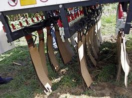 Die Strom-Applikatoren oder Metallschürzen sind in drei Reihen  angeordnet. Über die vordere fließt der Strom in die Pflanzen, die hinteren dienen der Stromrückführung zum Generator.