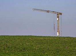 Laut Bundesregierung ist die Siedlungs- und Verkehrsfläche in Deutschland im Jahr 2018 jeden Tag im Mittel um 56 Hektar ausgedehnt worden.