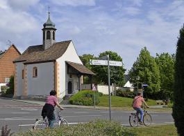 Die St. Martin-Kapelle liegt direkt am Radweg. In ihrem  Innern sind einzigartige Fresken zu entdecken.