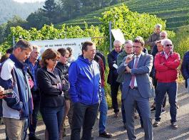 Volker Schebesta (mit Mikrofon) und Thomas Marwein (links daneben) hörten sich die Argumente und Sorgen der Landwirte an.