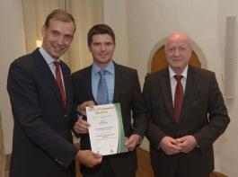 Viktor Lang (Mitte) bei der Übergabe des DLG-Managementzertifikates mit Carl-Albrecht Bartmer (links) und Prof. Michael Schmitz.