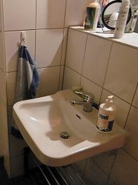 In der Hygieneschleuse muss es die Möglichkeit zum Waschen und Desinfizieren der Hände geben.