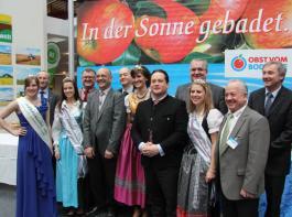 Beeindruckende Prominentendicht bei der Eröffnung der Fruchtwelt Bodensee und der agrarwelt am Freitag vergangener Woch in der Friedrichshafener Messehalle. Selbst Landwirtschaftsminister Alexander Bonde (auf dem Foto umrahmt von den Apfelhoheiten) war angereist.