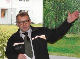 Forstpräsident Meinrad Joos vom  Regierungspräsidium Freiburg erklärt das Naturschutzkonzept im Staatswald.