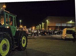 Am Montagabend gegen 20.30 Uhr fuhren Bäuerinnen und Bauern aus Südbaden mit rund 60 Traktoren beim Lidl-Logistikzentrum im Gewerbepark Eschbach vor. Die Aktion dauerte bis spät in die Nacht.