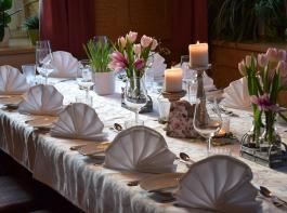 Ein hübsch gedeckter Tisch und frisch zubereitete Speisen sorgen mit dafür, dass eine Feier gelingt. Bei den Vorbereitungen greifen viele hauswirtschaftliche Tätigkeiten ineinander.