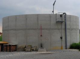 """Der Fachverband Biogas stößt sich heftig an  Plänen der Bundesregierung, Güllebehälter von Landwirten als """"Biogasanlagen"""" zu deklarieren, wenn sie mit ihrer Gülle solche Anlagen beliefern.   Das hätte dann wiederum bauliche Nachrüstpflichten zur Folge."""