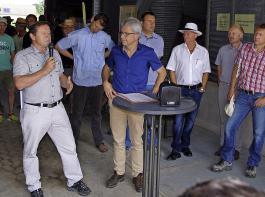 Der stellvertretende BLHV-Präsident Karl Silberer (mit Mikrofon) zeigte sich zufrieden über die  Nachricht, dass das Versuchsfeld in Orschweier erhalten bleibt.  Dr. Rainer Moritz (rechts daneben)  hatte diese Nachricht zuvor als Leiter des Landwirtschaftsamtes Offenburg verkündet.