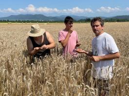 Markus Eggs (rechts) erklärt und zeigt dem Berufsnachwuchs die Zusammenhänge in der landwirtschaftlichen Produktion.