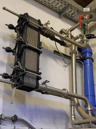 Durch den Einsatz eines Plattenkühlers kann der Strombedarf für die Milchkühlung im Schnitt um etwa  50 Prozent reduziert werden.