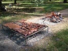 Das argentinische Nationalgericht Asado: Große Rindfleischstücke, die an der Glut gegrillt werden.