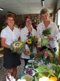 Ihre Blüten kommen in die Tüte: Roswitha Ette aus Herbolzheim, Ute Sailer aus Hilzingen und Veronika Ruf aus Vöhrenbach (v. l.), drei von dreißig qualifizierten Kräuterfrauen, die sich in der Kräutermanufaktur zusammengeschlossen haben.