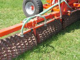 Wichtig ist, dass der Samen  Anschluss an das Boden- kapillarwasser bekommt.
