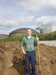 Landwirt Wolfram Wiggert setzt auf ökologischen Landbau, kombiniert mit einer großen Biogasanlage.